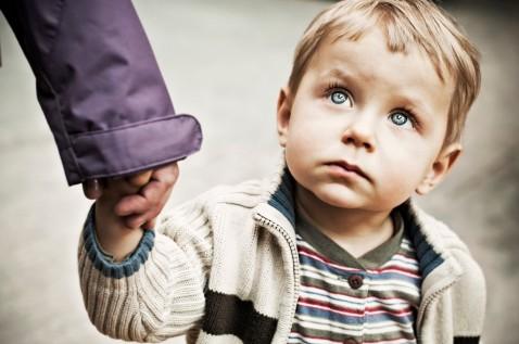 niño mira a padre